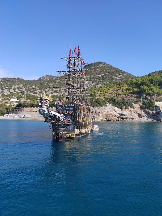 Пиратский корабль Big Kral в Аланье